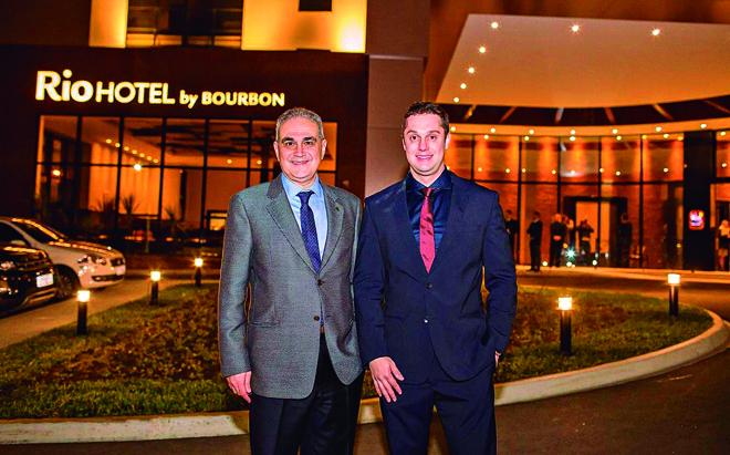 O presidente da Rede Bourbon Hotéis & Resorts, Alceu Vezozzo Filho (à esq.), e o empresário Ricardo Massuchin no lançamento da primeira unidade da Rio Hotel by Bourbon, nova marca da empresa hoteleira paranaense. | ProPhotos