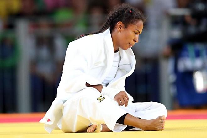 Érika Miranda decepcionada após derrota para a japonesa Misato Nakamura. Luta valia o bronze   Albari Rosa/Gazeta do Povo