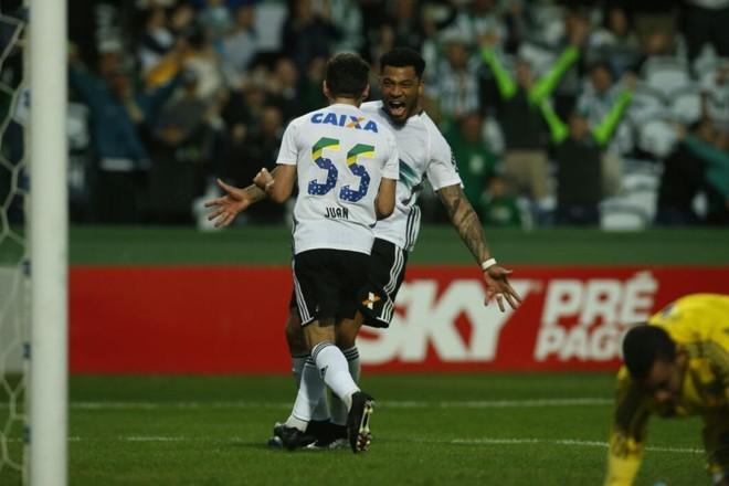Juan comemora com Kazim gol marcado de pênalti contra a Ponte. | Lineu Filho/Gazeta do Povo