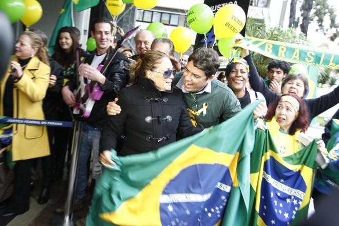 Suzana Vieira foi muito tietada em frente à Justiça Federal nesta segunda-feira (8) | Antônio More/Gazeta do Povo