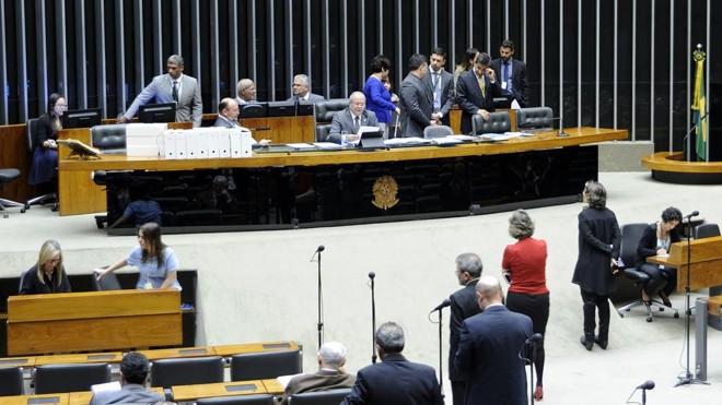 Deputado Hildo Rocha (PMDB-MA) leu o parecer da Comissão de Constituição e Justiça. | Bruno Franchini/Câmara dos Deputados