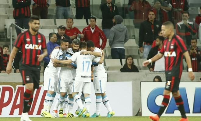 Jogadores do Grêmio comemoram o gol de Bolaños, que deu a  vitória doGrêmio.   Hugo Harada/Gazeta do Povo
