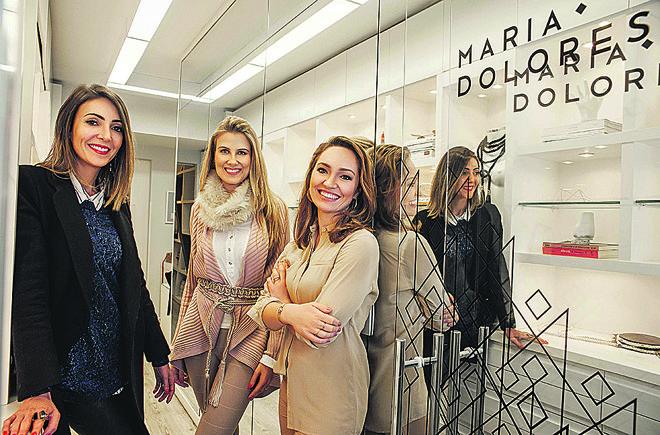A designer de joias Maria Dolores (à esq.) será a homenageada do ambiente das arquitetas Caroline Andrusko (ao centro) e Eliza Schuchovski na 16ª edição da Mostra Artefacto Curitiba, que será aberta na próxima sexta-feira. As duas se inspiraram em Dubai para criar um loft cosmopolita de 100m².   Renata Salles
