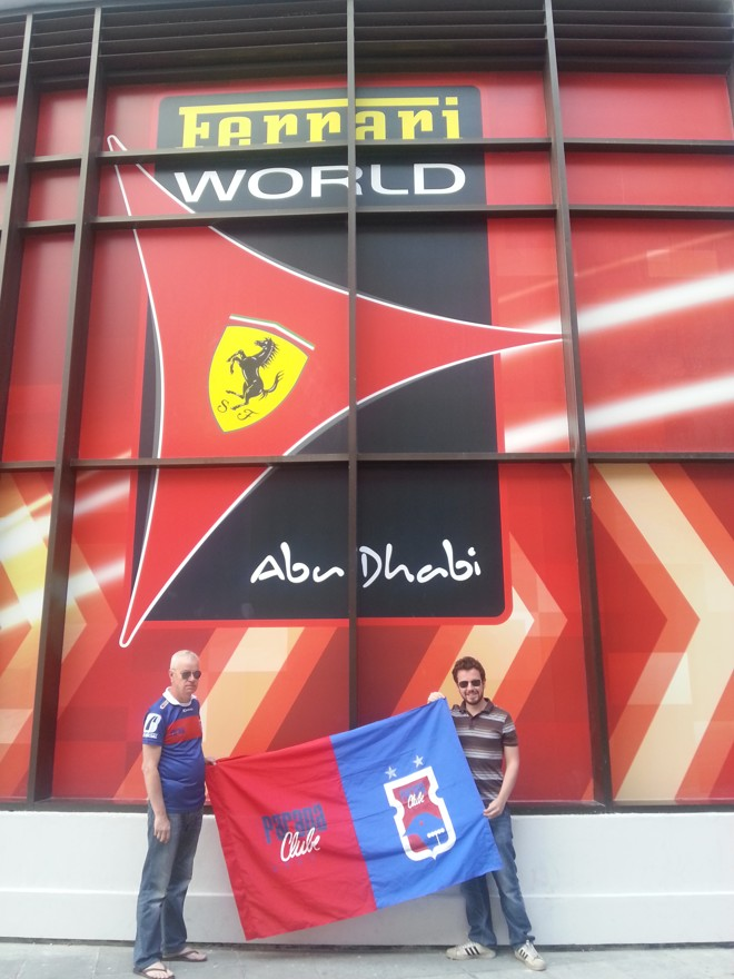 Com o pai, Carlos, em Abu Dahbi, nos Emirados Árabes. |