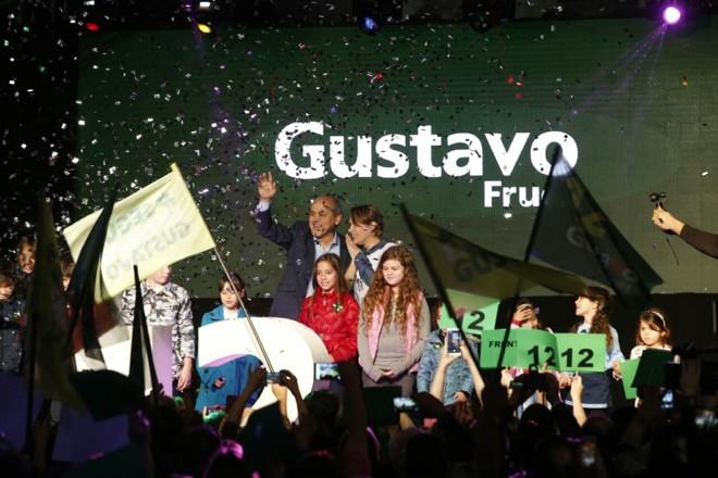 Gustato Fruet e sua mulher, Márcia, tomam o palco na convenção do PDT | Hugo Harada/Gazeta do Povo
