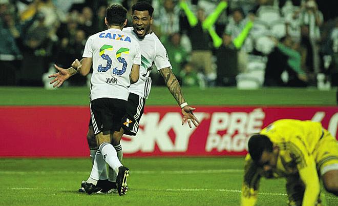 Juan comemora com Kazim o gol de pênalti contra a Ponte. | Lineu Filho/Gazeta do Povo