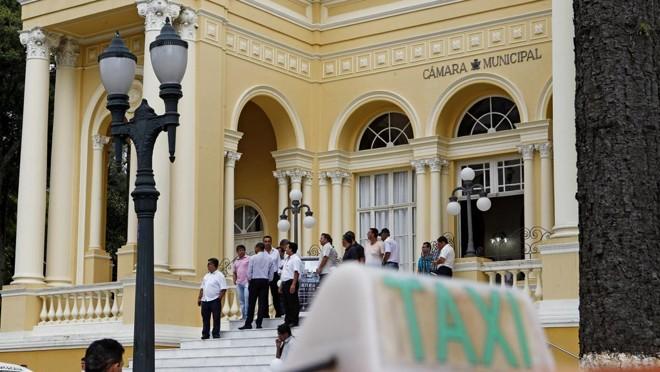 Taxistas promovem desde o ano passado protestos  com o objetivo de pressionar vereadores em projetos que discutem a economia compartilhada | Antônio More/Gazeta do Povo