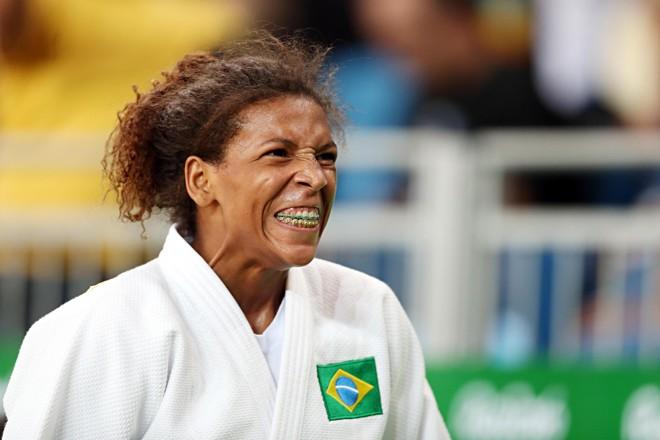 Rafaela Silva comemora vitória em luta tensa contra romena Corina Caprioriu .   Albari Rosa/Gazeta do Povo