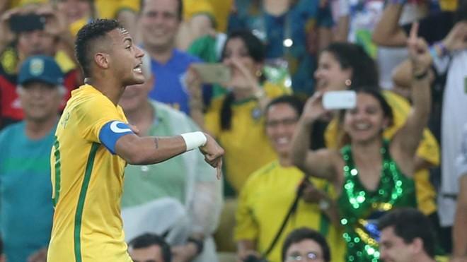 40687d829f Ao marcar o gol no primeiro tempo da final, Neymar comemorou com a torcida: