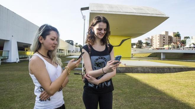 Alessandra Hara e Isabela Trevisan procuram Pokémons no MON   Lineu Filho/Gazeta do Povo