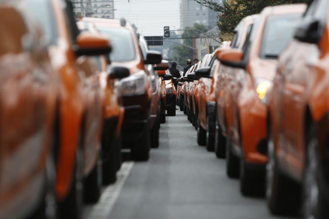 Os aplicativos não são os (únicos) culpados pelo engarrafamento. E não roubam, necessariamente, os clientes dos taxistas, já que atingem um público de menor renda. | Henry Milleo/Gazeta