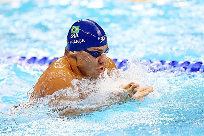 Felipe França durante a final dos 100m peito, na noite deste domingo (7)   Albari Rosa/Gazeta do Povo