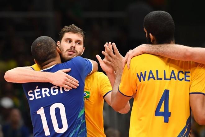 Bruninho abraça Serginho e Wallace após a vitória. Equipe terá que superar problemas físicos contra a Rússia. | ERIC FEFERBERG/AFP