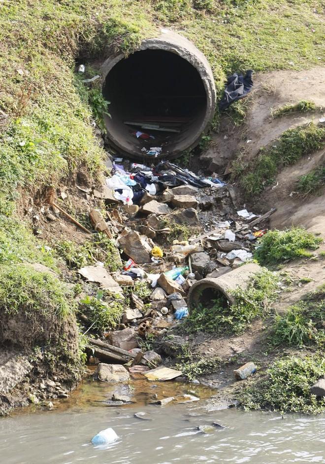 Universalização do saneamento básico na capital era uma das promessas de Fruet na campanha de 2012. E uma que não foi cumprida   Daniel Castellano/Gazeta do Povo/Arquivo