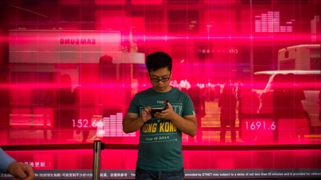Jovem usuário joga Pokémon Go em Hong Kong: a febre está passando?   Anthony Wallace/AFP