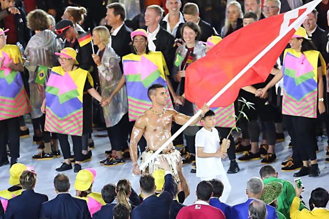 Nikolas Taufatofua apareceu em (poucos) trajes típicos no desfile da delegação de Tonga | Albari Rosa /Gazeta do Povo