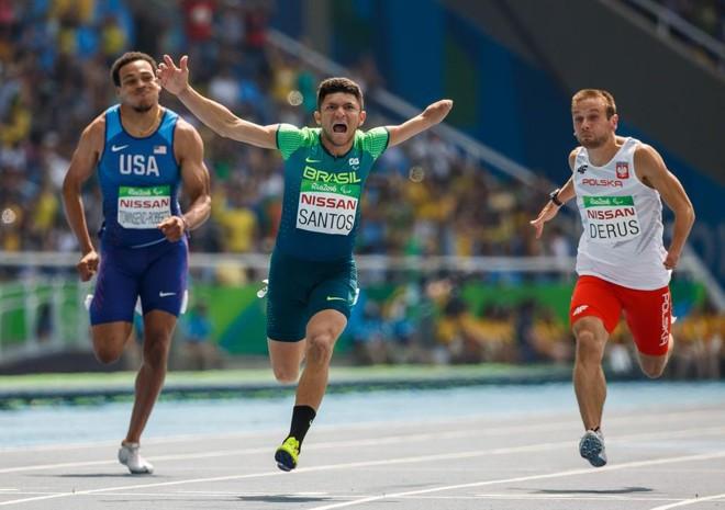 Petrucio Ferreira dos Santos cruza em primeiro a linha de chegada. | AL TIELEMANS FOR OIS/IOC/AFP
