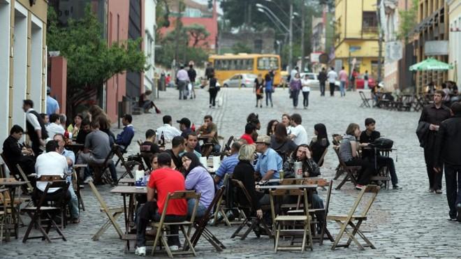 Eterna polêmica, mudança sempre contribui para dar aquela 'esticadinha' no happy hour | Daniel Castellano/ Gazeta do Povo