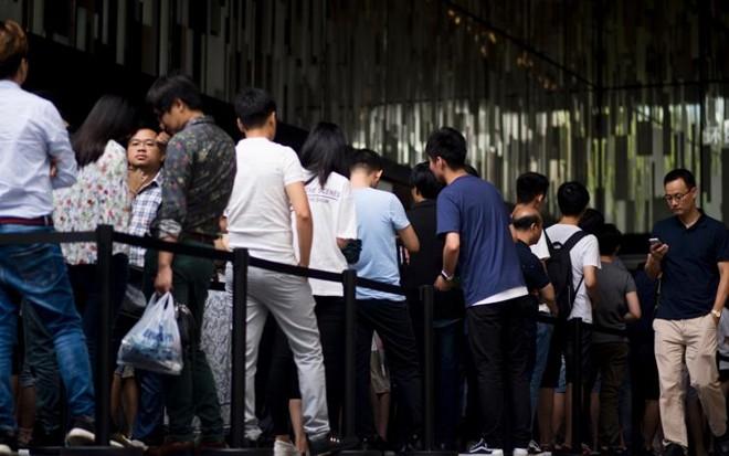 Fila em frente a loja da Apple em Xangai, na China | JOHANNES EISELE/AFP
