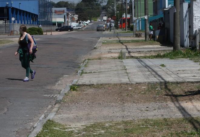 Rua no bairro Boqueirão, em Curitiba. Sob responsabilidade dos donos de imóveis, as calçadas da capital estão em mau estado em muitas regiões.   Aniele Nascimento/Gazeta do Povo