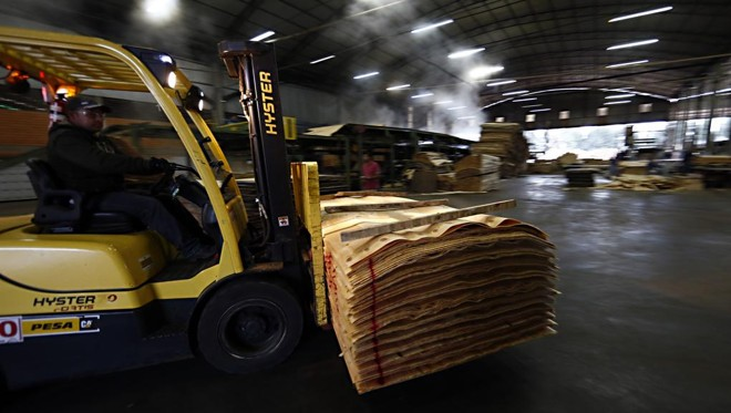Segmentos mais ligados ao comércio exterior, como a indústria madeireira, devem ajudar o PIB paranaense.   Albari Rosa/Gazeta do Povo