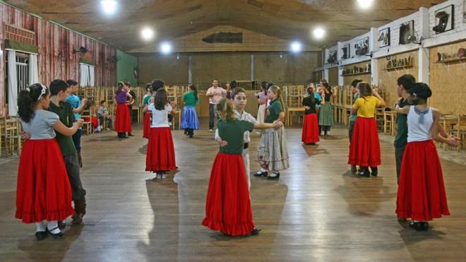 Dança em um Centro de Tradições Gaúchas (CTG)  de Curitiba, em 2012: cultura tradicionalista do Rio Grande doSul é uma construção do fim dos anos 1940. | Hugo Harada/ArquivoGazeta doPovo