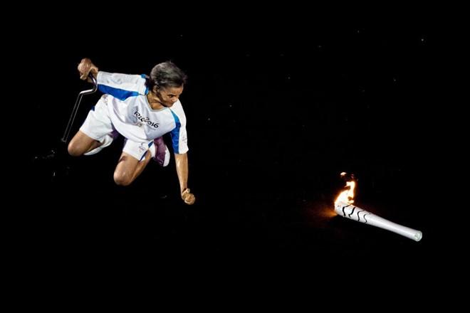 Marcia Malsar foi aplaudida pelo público no Maracanã após cair com a tocha. | Marcio Rodrigues/MPIX/CPB
