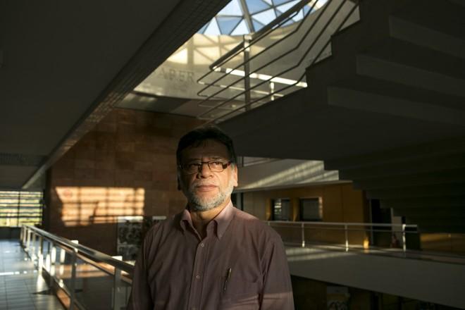 O professor Cezar Japiaçu já se aposentou, mas optou por seguir trabalhando. A decisão tem a ver com a qualidade de vida e a menter-se ocupado | Marcelo Andrade/Gazeta do Povo