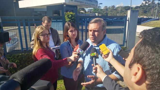 Candidato fala com a imprensa em frente à sede da PFem Curitiba | Divulgação/campanha Ney Leprevost