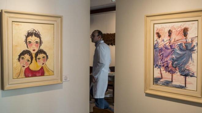 Obras de Modigliani e Claude Monet: não se trata do Museu do Louvre, na França, e sim  do Museu Nacional do Espiritismo, em Curitiba, onde médiuns reproduzem pinturas de grandes artistas já falecidos | Marcelo Andrade/Gazeta do Povo