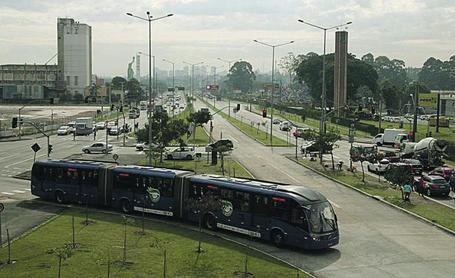 A Linha Verde é um dos trechos cogitados pela PMI de Eletromobilidade de Curitiba. Estima-se que, em 25 anos, o número de passageiros passe dos atuais 31 mil para 120 mil ao dia na via.   Aniele Nascimento/Gazeta do Povo