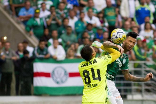 Leandro Pereira vence a dividida com o goleiro Wilson e abre o placar para o Palmeiras no Allianz Parque.   Marco Galvão/Estadão Conteúdo