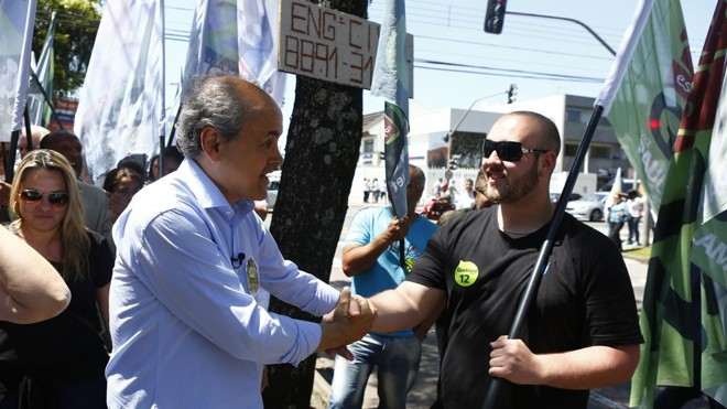 Fruet fez campanha nesta quarta-feira (28) na Vila Hauer | Henry Milleo/Gazeta do Povo