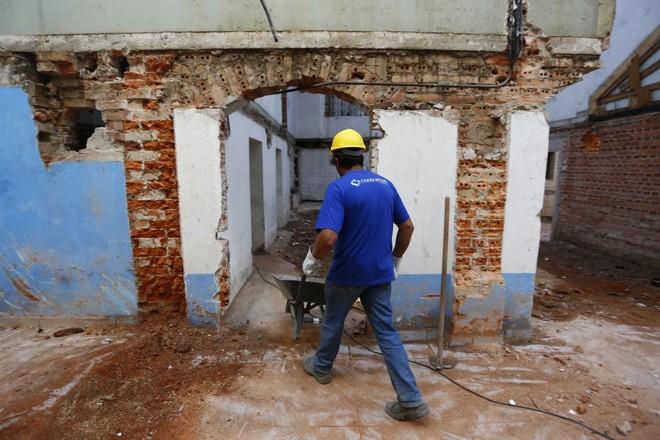 Verbas arrecadadas pela prefeitura custeiam desde obras como a do Cine Passeio (foto)até a operação de postos de saúde e creches | Henry Milleo/Gazeta do Povo