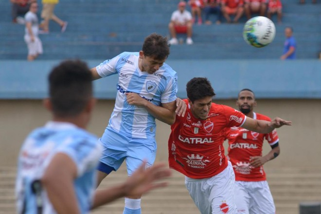 Keirrison em dividida pelo alto com a defesa do Vila Nova-GO. | Carlos Costa/Estadão Conteúdo