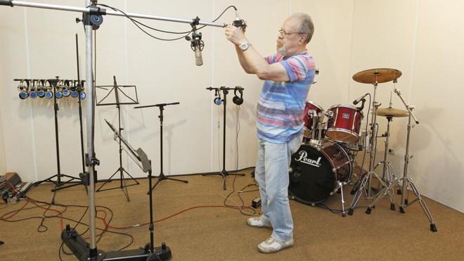 """Para aceitá-la continue na linha"""":Carlos Freitas em seu estúdio.   Antônio More/Gazeta do Povo"""