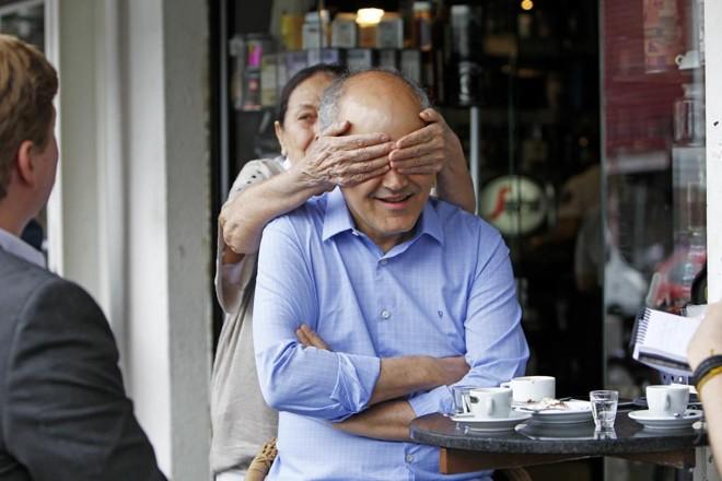 A mãe,Ivete Bonato, surpreende Gustavo Fruet durante a entrevista   Antônio More/Gazeta do Povo