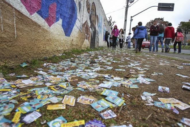 Nem a menor arrecadação dos candidatos evitou a profusão de santinhos perto de locais de votação no domingo (2) | Daniel Castellano/Gazeta do Povo