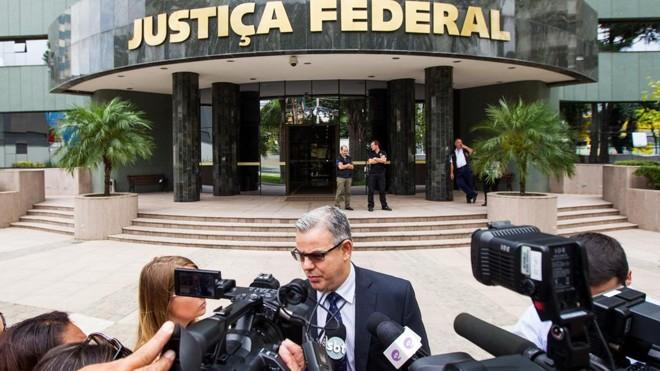 Holofotes: Antônio Figueiredo Basto dá entrevista em frente à Justiça Federal   Brunno Covello/Gazeta do Povo/Arquivo
