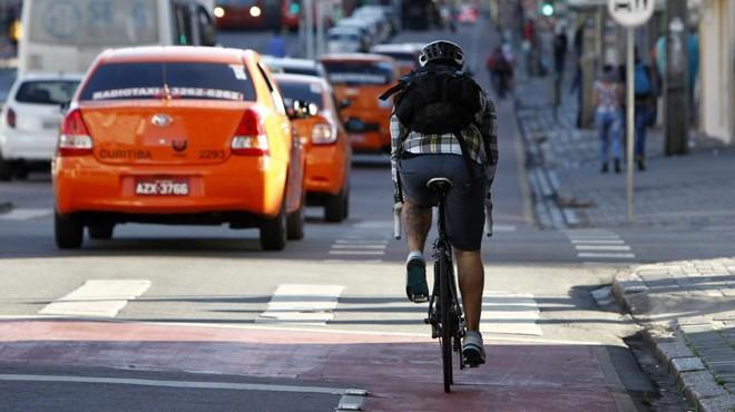Candidato criticou as faixas de circulação compartilhada para carros e bicicletas, como a da Sete de Setembro | Antônio More/Gazeta do Povo