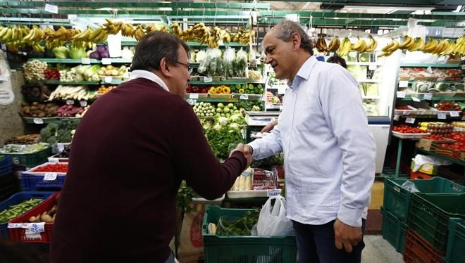 Fruet vai decidiu encerrar a agenda pública de campanha com uma visita ao Mercado Municipal. | Jonathan Campos/Gazeta do Povo