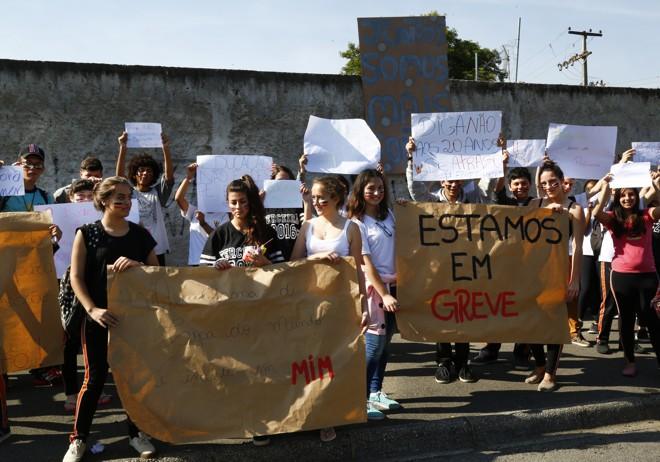 Alunos do Colégio Estadual Ângelo Volpato, em Santa Felicidade, em Curitiba, prestaram apoio aos professores grevistas. | Aniele Nascimento/Gazeta do Povo