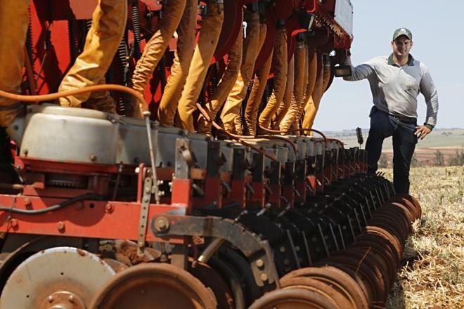 Luiz Augutos de Melo, da fazenda Santa Marta, em Naviraí, conta que a integração pecuária é a grande arma para produzir bem no local.   Felipe Rosa /Gazeta do Povo