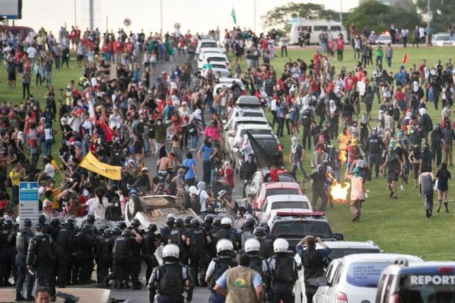 Manifestantes atacam coquetéis-molotov | Fabio Rodrigues Pozzebom/Agência Brasil