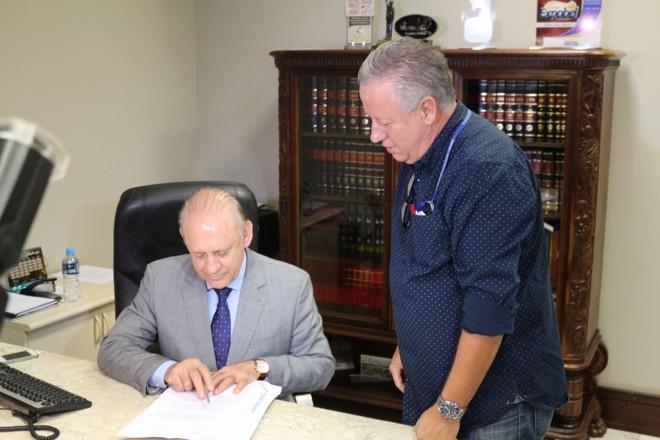 Presidente da Assembleia, Ademar Traiano é notificado da decisão liminar que paralisou a tramitação da emenda de Richa. | Divulgação/Bancada de oposição