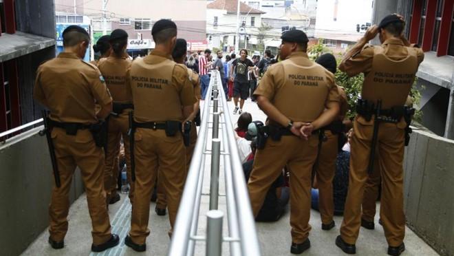 Polícia Militar está impedindo a entrada de estudantes no Núcleo de Educação.   Henry Milleo/Gazeta do Povo