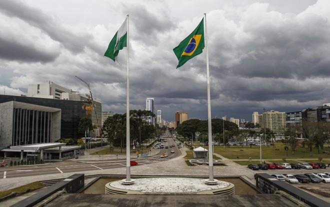 Vista da Assembleia (à esquerda) a partir do Palácio Iguaçu: agora, a negociação com os servidores está com os deputados estaduais. | Daniel Castellano/Gazeta do Povo