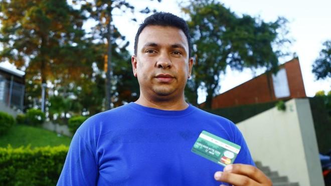 Hellison de Oliveira ativou a função pré-pago do cartão de transporte e agora também faz compras em diversos locais   Lineu Filho/Tribuna do Paraná