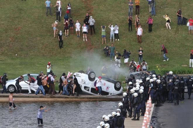 Confronto entre manifestantes e policiais deixou um saldo de dois carros virados, um deles seria da TVRecord | Wilson Dias / Agência Brasil