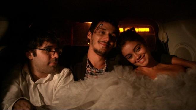 O diretor Matheus Souza, que também atua no filme, ao lado de Leandro Soares e Sophie Charlotte.   Divulgação/